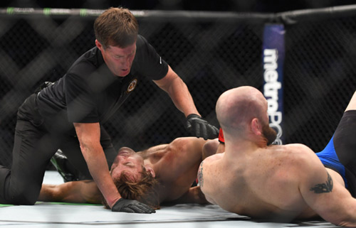 """UFC: Võ sĩ tắt thở, trọng tài ngó lơ, """"Bụt"""" xuất hiện"""