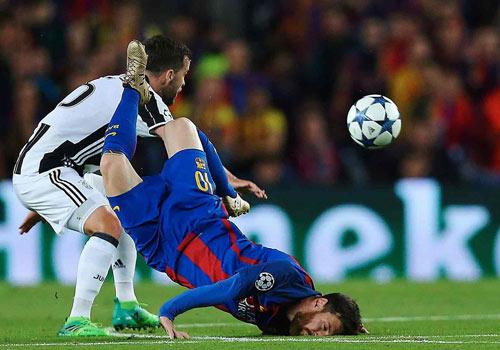 Barca cay đắng bị loại: Messi ngã đập mặt, Neymar tức tưởi