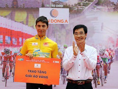 Tin thể thao HOT 30/4: Tay đua Lào suýt tuột áo vàng cúp TP HCM