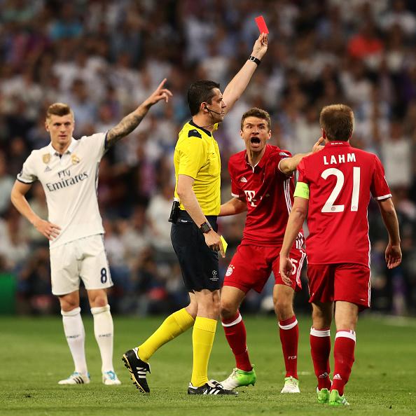 Thể đỏ của Vidal làm thay đổi hoàn toàn cục diện của trận đấu
