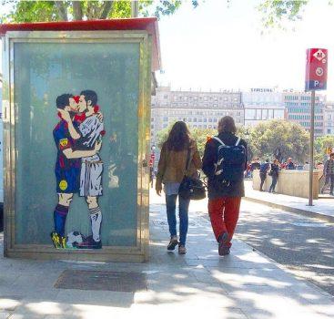 """Choáng với bức tranh Messi """"khóa môi"""" C.Ronaldo"""