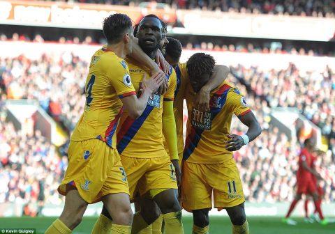 Người cũ Benteke khiến Liverpool ôm hận trên sân nhà