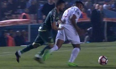 """Cầu thủ bị đuổi vì chọc """"của quý"""" đối thủ"""