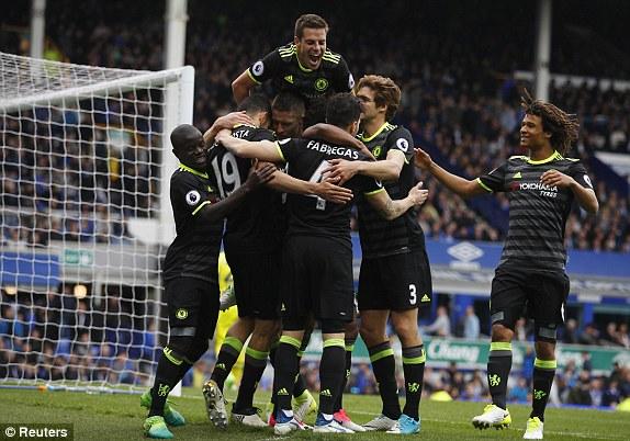 """Nghiền nát """"hòn đá tảng"""" cuối cùng, Chelsea chạm 1 tay vào chức vô địch"""