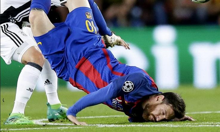 Cú ngã rợn người của Messi ở trận Barca 0-0 Juventus