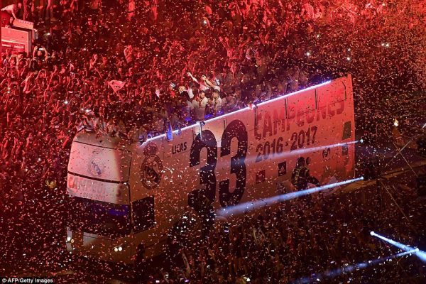 Biển người chào đón HLV Zidane cùng các học trò trở về Madrid