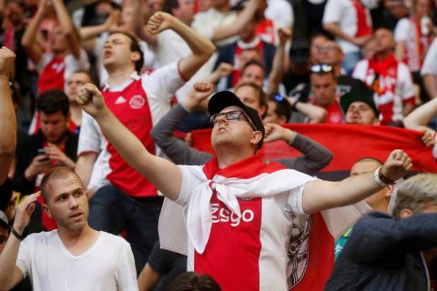 Fan cuồng Ajax phá sân, ném ghế vào đội nhà ở trận chung kết Europa League