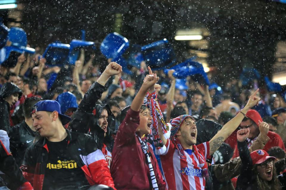 CĐV Atletico tháo ghế mang về nhà và câu chuyện đầy bất ngờ đằng sau
