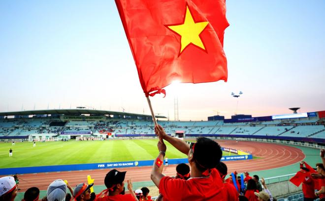 """FIFA ngạc nhiên, thích thú với """"cơn bão màu đỏ"""" đứng bên chiến tích của U20 Việt Nam"""