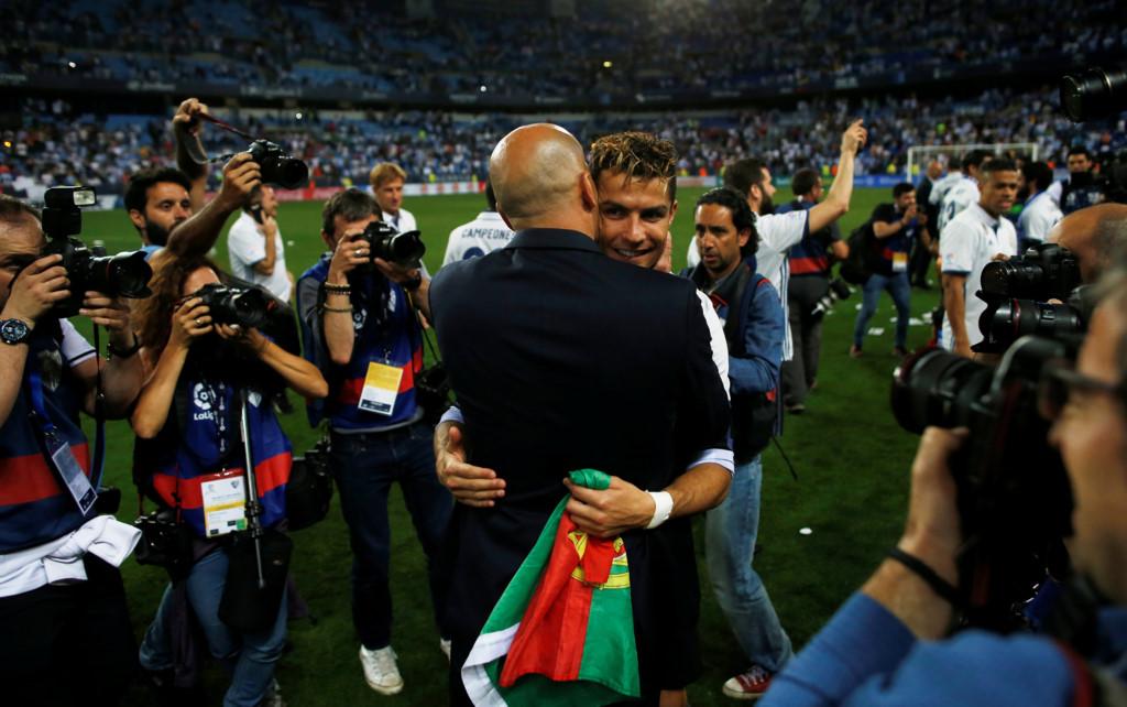 CHÙM ẢNH: Các cầu thủ Real vỡ òa ngày soán ngôi Barca, Zidane ôm chặt Ronaldo đốn tim NHM