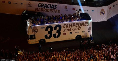 Cầu thủ Real Madrid xuống đường ăn mừng chức vô địch