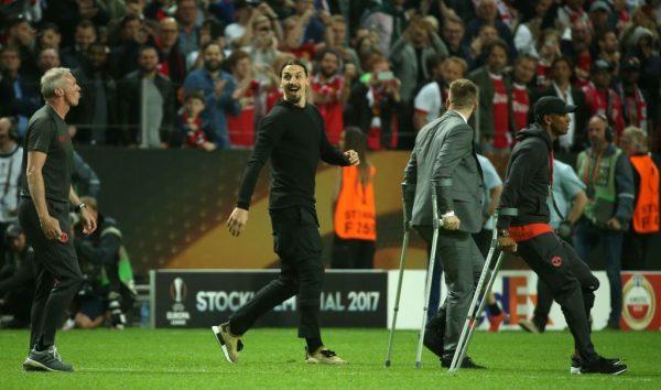 Ibra vứt nạng, chạy ra sân ăn mừng chức vô địch Europa League