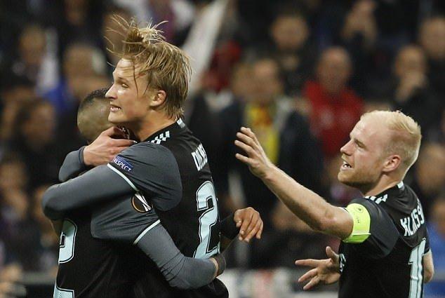 Hút chết trên đất Pháp, Ajax hẹn Man Utd tại chung kết
