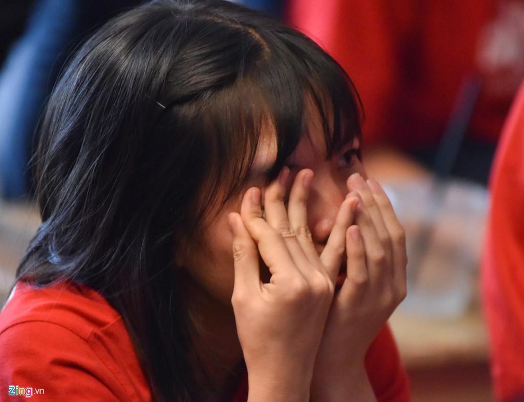 CHÙM ẢNH: CĐV Việt Nam khóc nức nở sau thất bại của đội nhà