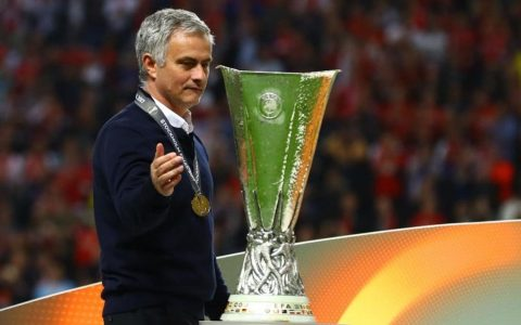 Vô địch Europa League, M.U của Mourinho vẫn bị chê bai