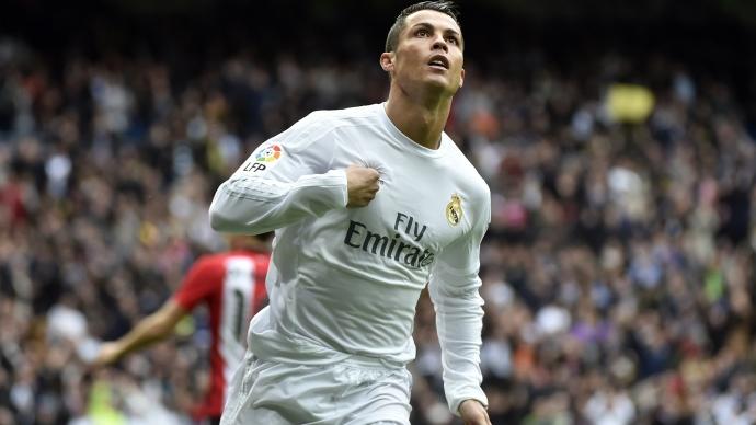'Messi cứ việc nâng áo ăn mừng, còn nâng cúp hãy để Ronaldo'