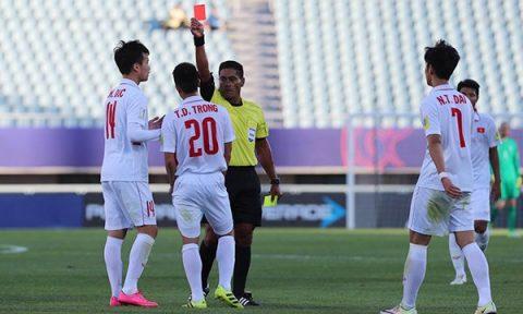 Thẻ đỏ của Đình Trọng và hồi chuông báo động cho Bóng đá Việt Nam