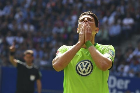 """Mario Gomez tỏa sáng, Wolfsburg vẫn còn """"nửa người"""" ở lại Bundesliga"""