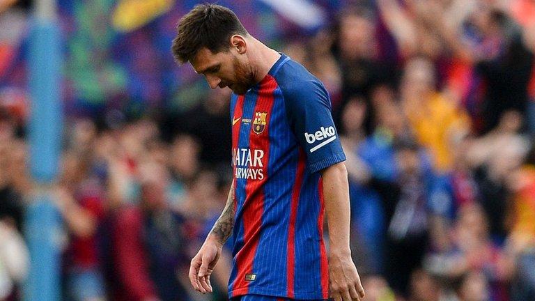 Barca mất ngôi vương, Messi vẫn được an ủi với cú đúp danh hiệu