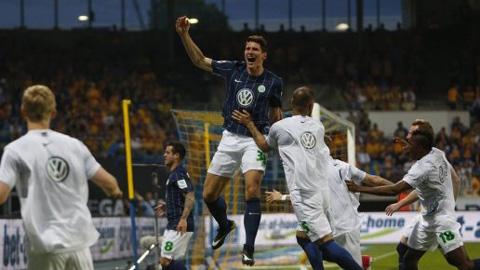 """Thắng trận, """"Sói xanh"""" chính thức trở lại Bundesliga mùa tới"""