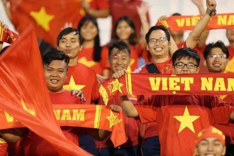 """CHÙM ẢNH: CĐV Việt Nam """"nhuộm đỏ"""" sân Thống Nhất"""