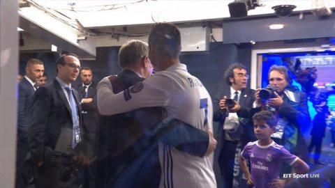 Ronaldo ôm chặt Sir Alex mừng chiến thắng, giới thiệu con trai với thầy cũ