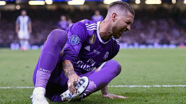 """Cộng đồng mạng sôi sục với màn ăn vạ """"đáng khinh"""" của Ramos"""