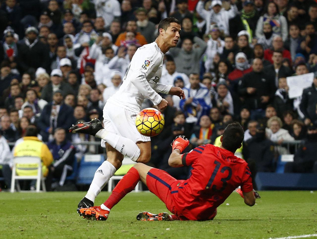 Chile nên lo lắng, vì Bravo rất…sợ Ronaldo!