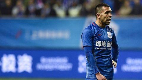 CĐV Trung Quốc tức giận vì Tevez không biết làm gì ngoài… đi bộ
