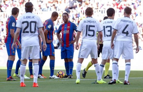Có Ronaldinho và Rivaldo trong đội hình, huyền thoại Barca vẫn thua đậm huyền thoại M.U
