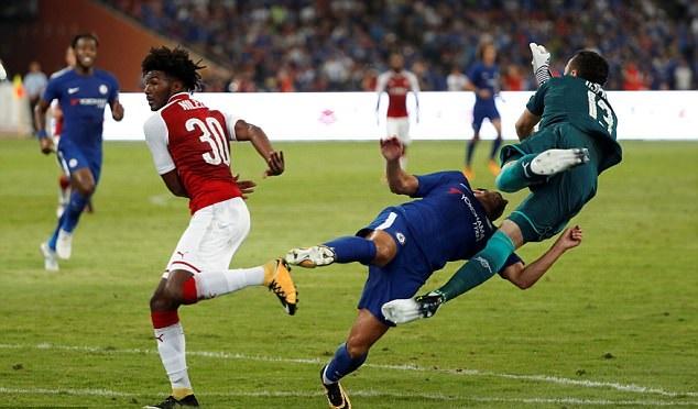 Va chạm với thủ môn Arsenal, sao Chelsea phải về nước điều trị khẩn cấp