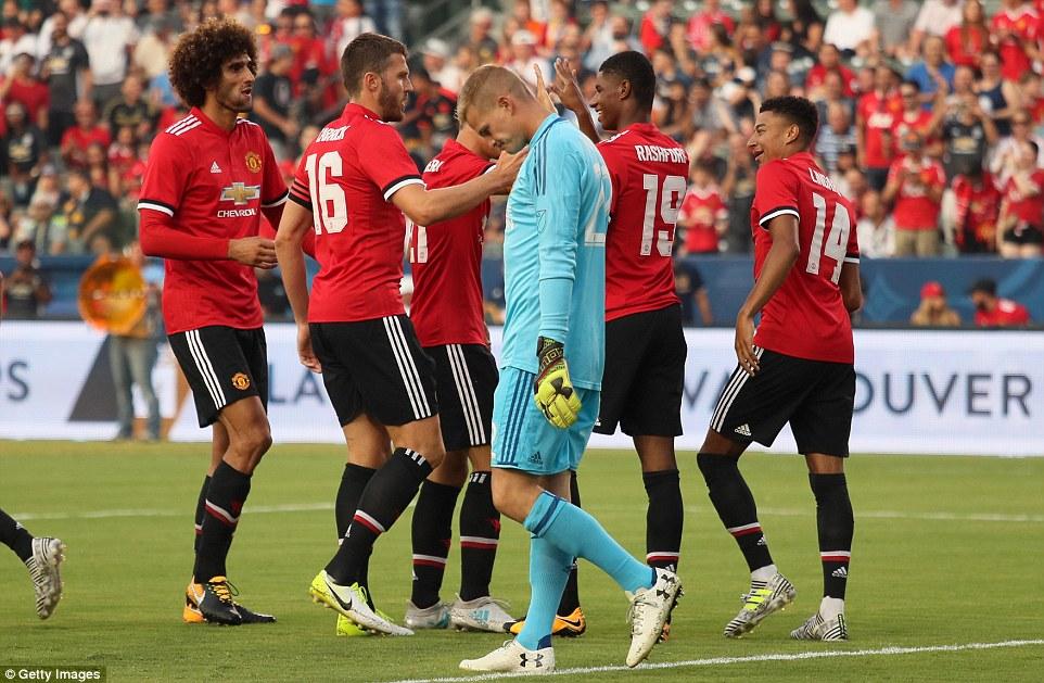 Lukaku ra mắt, Man Utd đè bẹp LA Galaxy