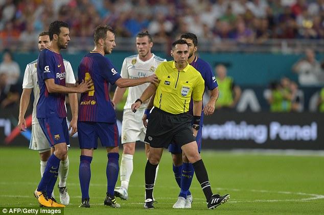 """SỐC: Sao Barca bị trọng tài """"sỉ nhục"""" tới 3 lần ở trận Siêu kinh điển trên đất Mỹ"""