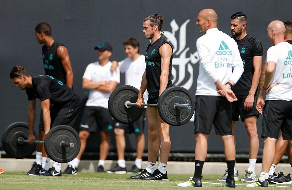 """Gareth Bale khiến NHM """"phát sốt"""" với cơ bắp cuồn cuộn trên sân tập"""