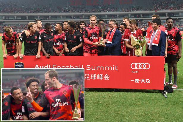 Petr Cech ngăn cản đồng đội ăn mừng chiếc cup giao hữu ICC