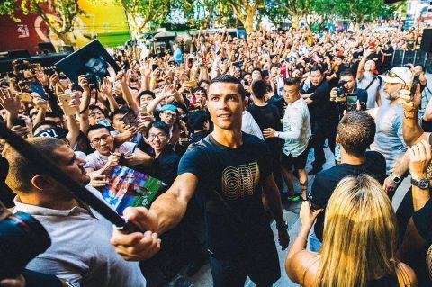 CHÙM ẢNH: Ronaldo gây náo loạn 'thị trường tỷ dân'