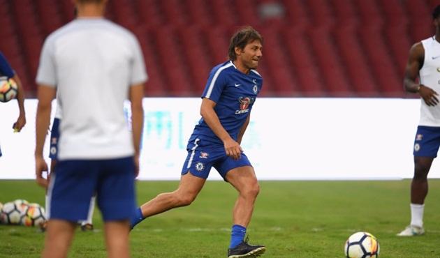 """Chuẩn bị tiếp đón Arsenal, Antonio Conte """"xỏ giày"""" vào sân chỉ đạo học trò tập luyện"""