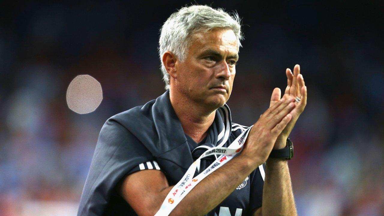 """Mourinho nói gì sau khi """"hạ nhục"""" gã hàng xóm ồn ào Man City?"""