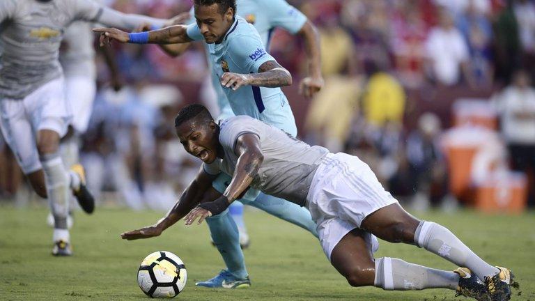 """""""Kiến tạo"""" cho Neymar ghi bàn, Valencia ân hận xin lỗi HLV và NHM M.U"""