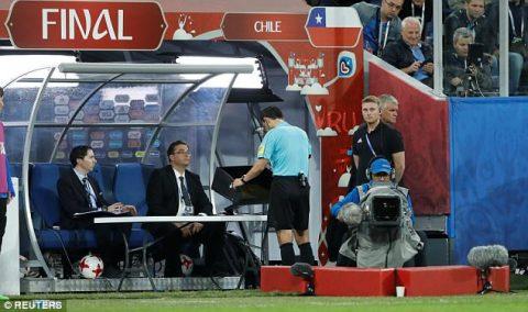 Công nghệ VAR lại để lộ bất cập ngay trong trận chung kết Confed Cup