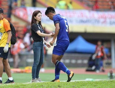 """Nhìn U22 Việt Nam thắng lớn, nữ trưởng đoàn """"hot girl"""" của bóng đá Thái Lan nói gì?"""
