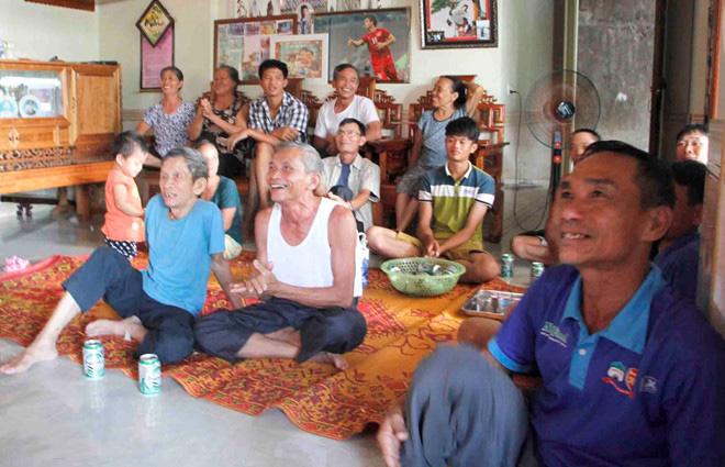 Xem Công Phượng đá SEA Games, cha mẹ mua tivi 65 inch mời hàng xóm đến xem