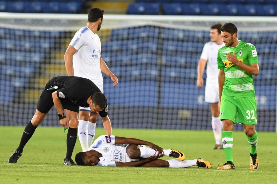Vừa ra mắt Leicester được 17 phút, cựu tiền đạo Man City đã gặp phải họa lớn