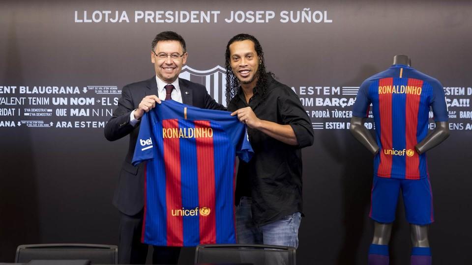 Huyền thoại Ronaldinho lên tiếng đề xuất cho Barca cái tên đủ sức thay thế Neymar