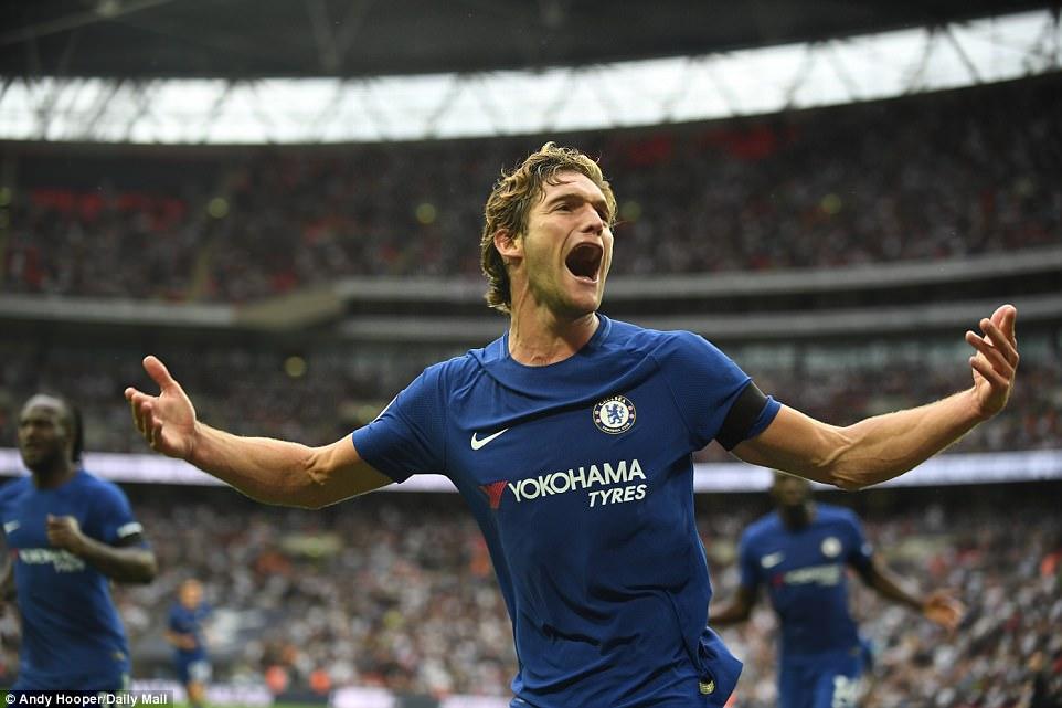 """Marcos Alonso tỏa sáng với cú đúp, Chelsea một lần nữa """"làm thịt"""" Gà trống ngay tại Wembley"""