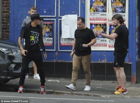 Coutinho đi cắt tóc giải đen sau 3 lần không thể đến Barcelona