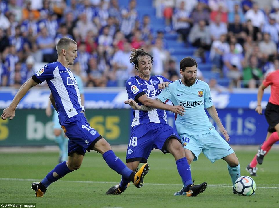 Đá hỏng phạt đền rồi chuộc lỗi bằng cú đúp, Messi giúp Barca hạ gục Alaves ngay trên sân khách
