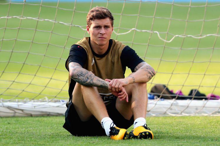 Tân binh Lindelof ủ rũ đến sân tập M.U trước vòng 2 Premier League