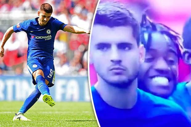 """Batshuayi bị CĐV Chelsea """"ném đá"""" không thương tiếc sau hành vi """"cười đểu"""" Morata"""