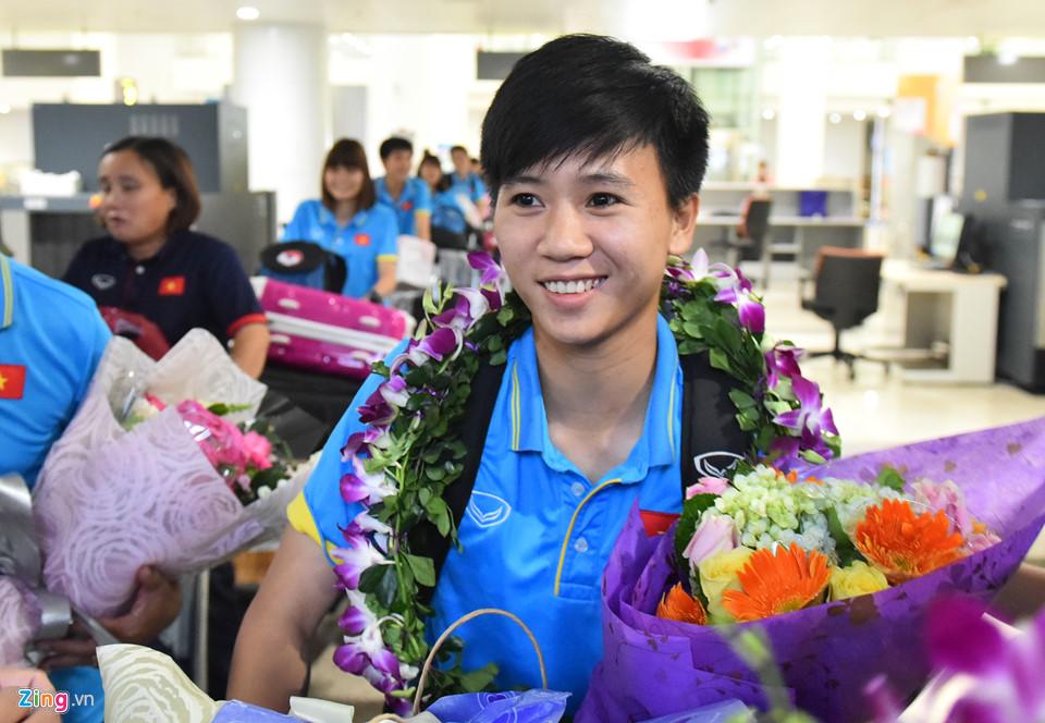 CHÙM ẢNH: ĐT nữ Việt Nam về nước trong sự chào đón nồng nhiệt của NHM